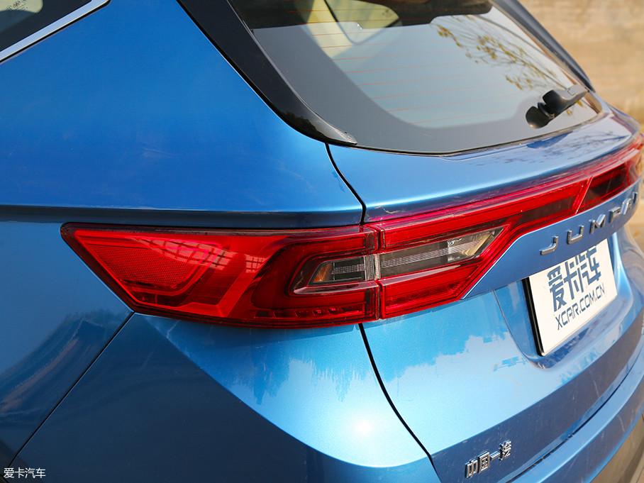 骏派D80的车尾采用了时下较为流行的贯穿式尾灯设计,造型修长的尾灯采用LED光源作为加持,辨识度得到了进一步提升。