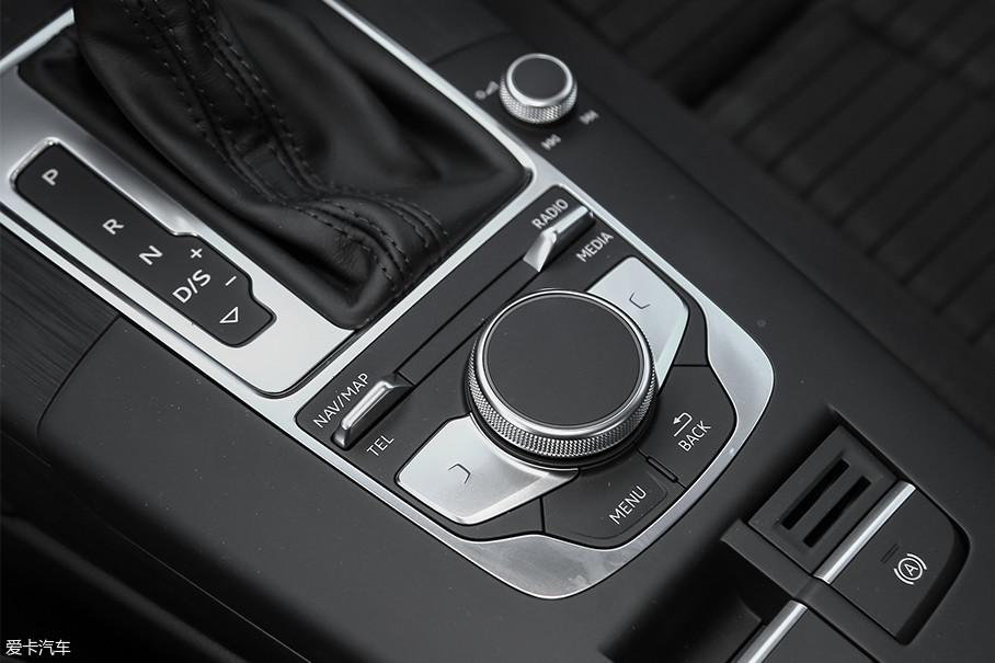 挡把后方为MMI Touch控制旋钮,按键和旋钮的做工和手感都非常出色,操作起来也基本没有上手难度。