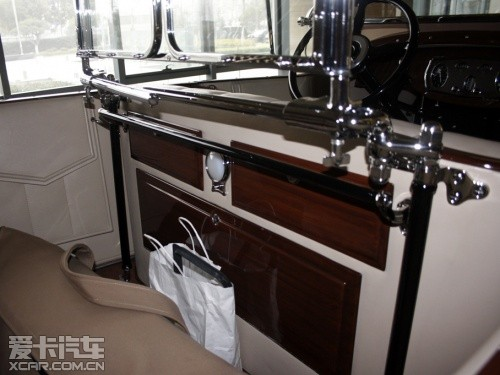 顶棚的支架采用了高档木材,全手工打造,造价不菲.