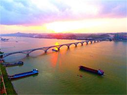 梧州 望中汹涌如惊涛 天风震撼大海潮