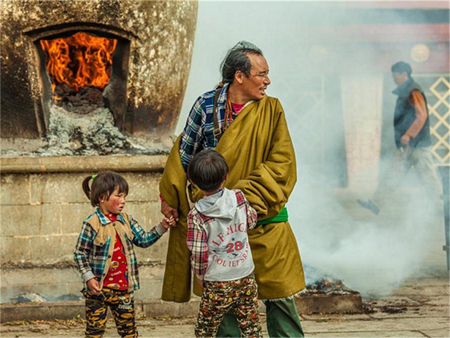 """藏族人称""""圣路"""" 大昭寺八廓街众生相"""