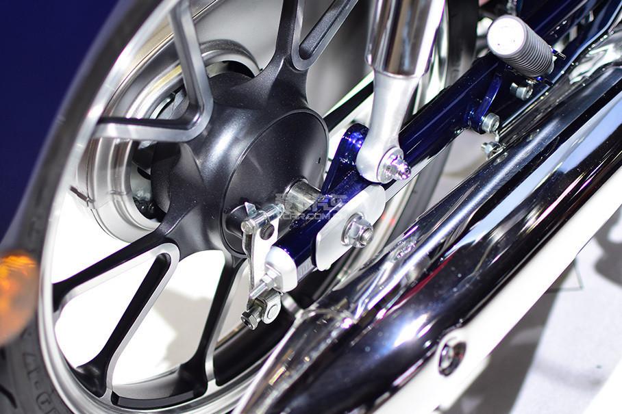 后刹车依旧是复古的机械鼓式刹车.