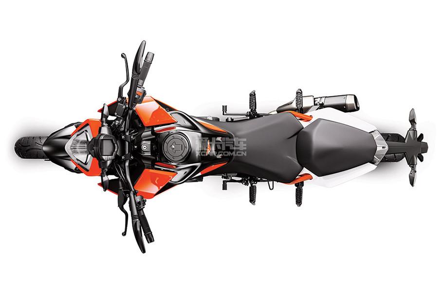 250 DUKE搭载一台与390 DUKE相同型号的发动机,两者最明显的区别是前者发动机缸径有所缩小,排量降低至249cc,而动力方面,250 DUKE拥有22kW(30Ps)的最大功率和24Nm的最大扭矩。