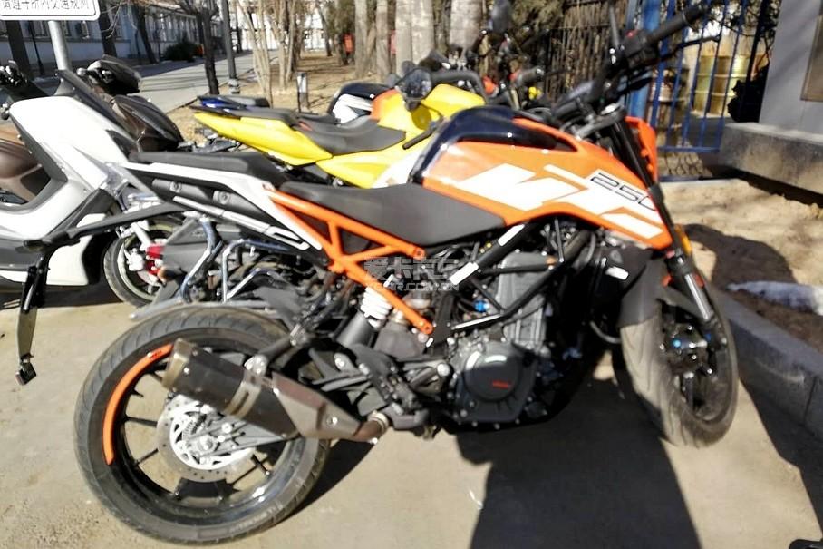 在国内现身的KTM 250 DUKE。