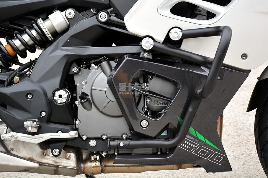 新黄巡的心脏是我们熟悉的那台首款国产直列四缸发动机,但这台发动机经过了一些有针对性的调校,所以它的最大功率为60kW(81.5Ps)/11000rpm,仅次于扭矩为54Nm/8000rpm。