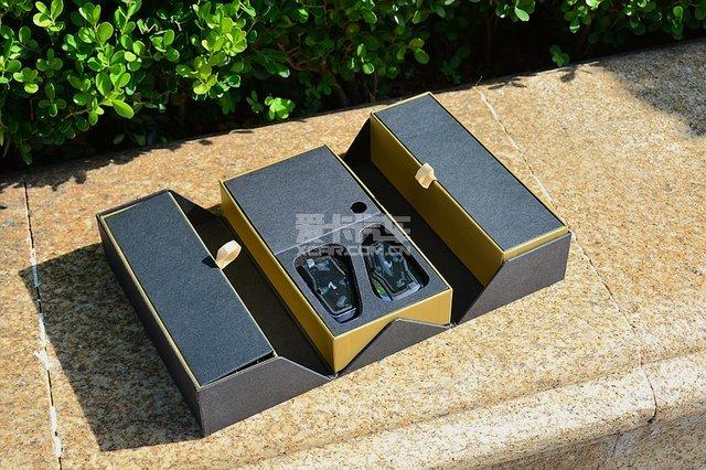 装载耳机的内包装盒为对开式,两个蓝牙耳机紧凑的排列在内包装盒中部图片