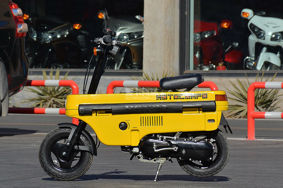 MOTOCOMPO平直的车身造型是为了让内部有规整的空间来容纳车把和车座。虽然小巧,但摩托车该有的一切在它身上都能看到,如此超前的设计即便是现在也毫不过时。