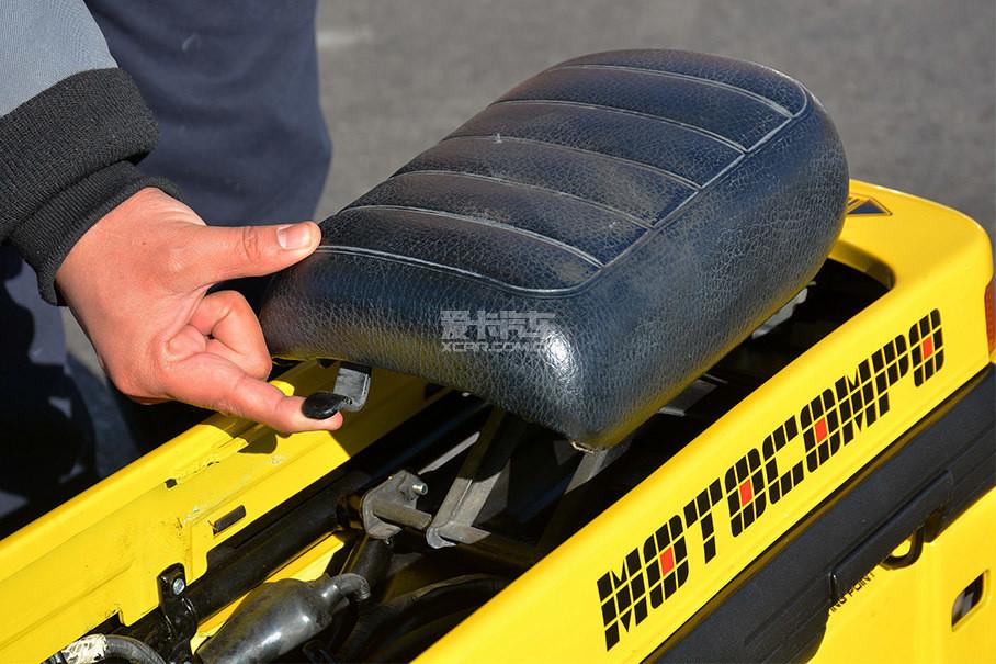 车座也可以嵌入车内,收起后与隔板形成一个平面。