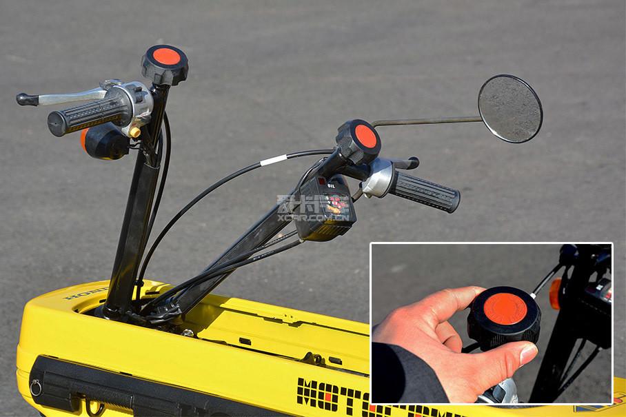 """折叠车把与现在的本田""""猴子""""类似,通过转动左右车把上的旋钮将其收纳至隔板下放。"""
