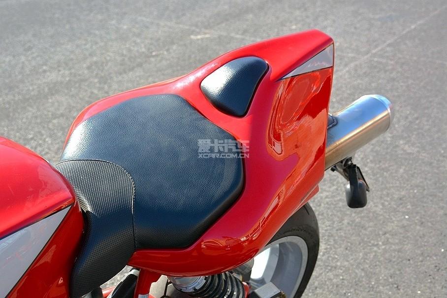 """杜卡迪MH900 evo采用单座设计,驾驶者在""""战斗姿态""""骑行时,后座位置提供的支撑点便起到至关重要的作用。"""