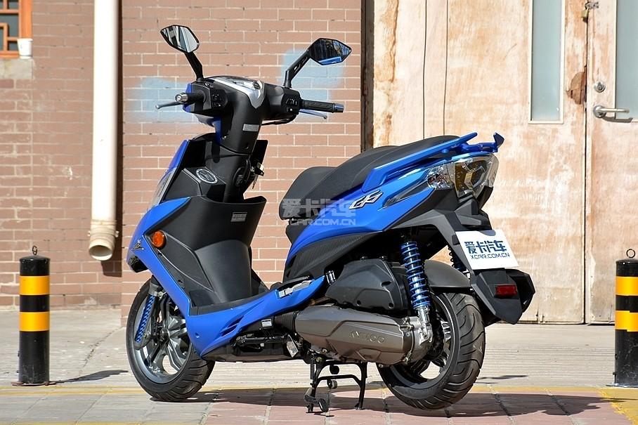 新G6尾部采用鹰嘴元素设计而成,略显锋利的线条也更加符合空气动力学。