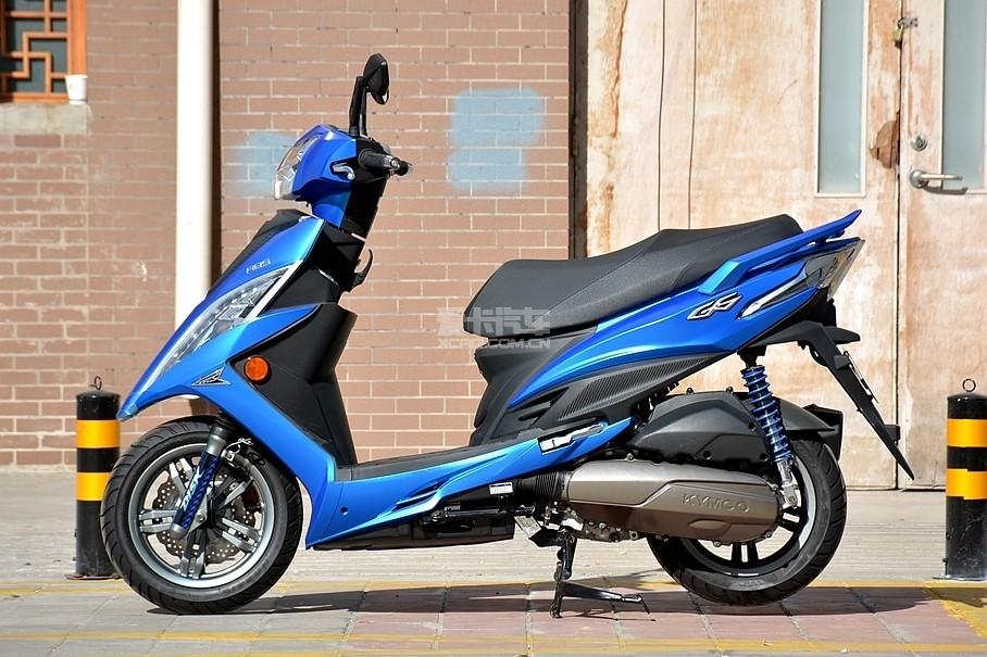 新G6的长、宽、高为1860*725*1115mm,实际上它的尺寸比我们熟悉的弯道情人还要紧凑,外形尺寸基本介于我们常见的125-150cc踏板车之间。