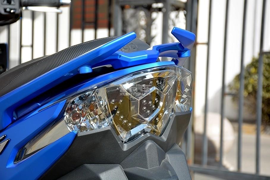 盾形一体式尾灯与车身融为一体,刹车灯部分仍然沿用了LED光源,而两侧的转向灯则为成本较低的卤素光源。