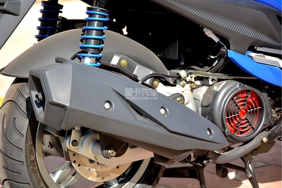 小车配大排气可以说一直是台产踏板车的特点之一,新G6的排气管被防烫罩全方位覆盖,可以有效杜绝驾驶员或乘客被烫伤的风险。