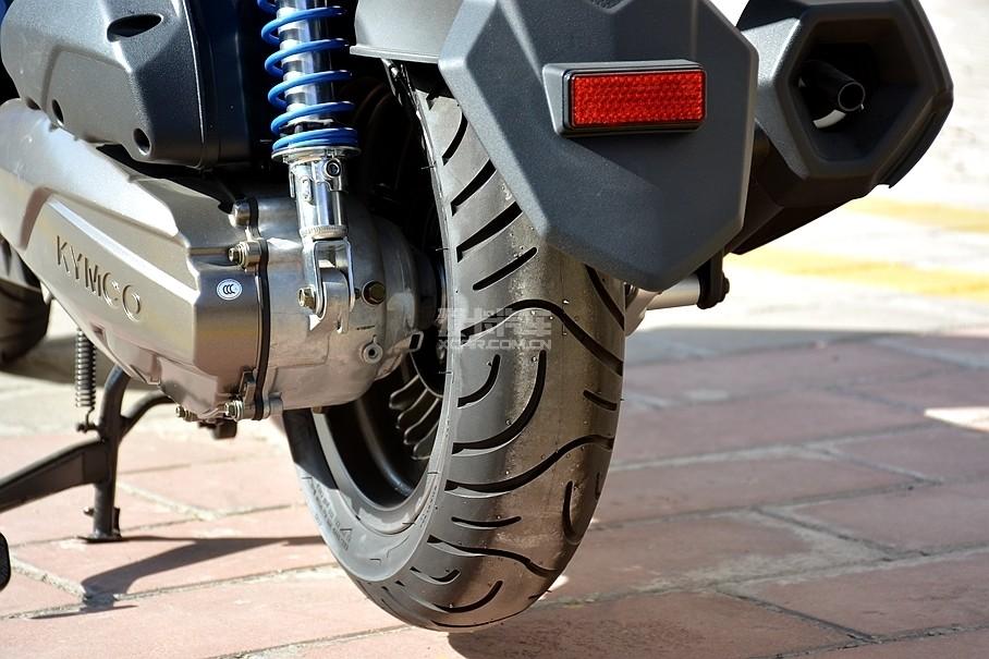 新G6同样使用了在中高端踏板车中比较常见的玛吉斯M6029 Scooter轮胎,它的前后轮胎规格分别为110/70 R12与120/70 R12。