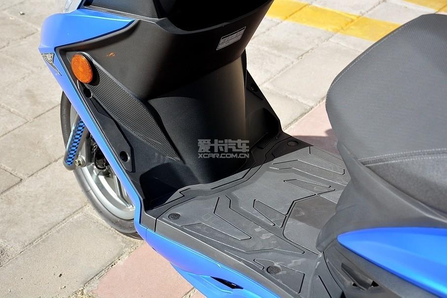 新G6体型虽小,但依然采用了分段式脚踏设计,脚踏板部分不仅空间非常充足,驾驶员还可以根据自身驾驶需求选择合适的脚踩位置。