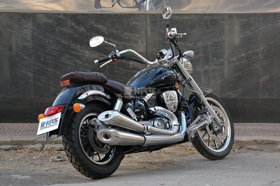 V型双缸发动机让整车看起来更饱满,但由于排量较小还是略显单薄,粗壮的排气管很符合巡航车气质。