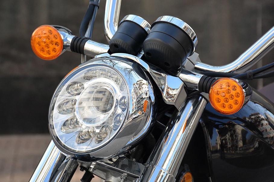 """全车LED光源是V16的一大亮点,有些""""变异""""的圆形大灯内部嵌有多颗LED灯珠,造型有些另类,转向灯也采用类似设计。"""