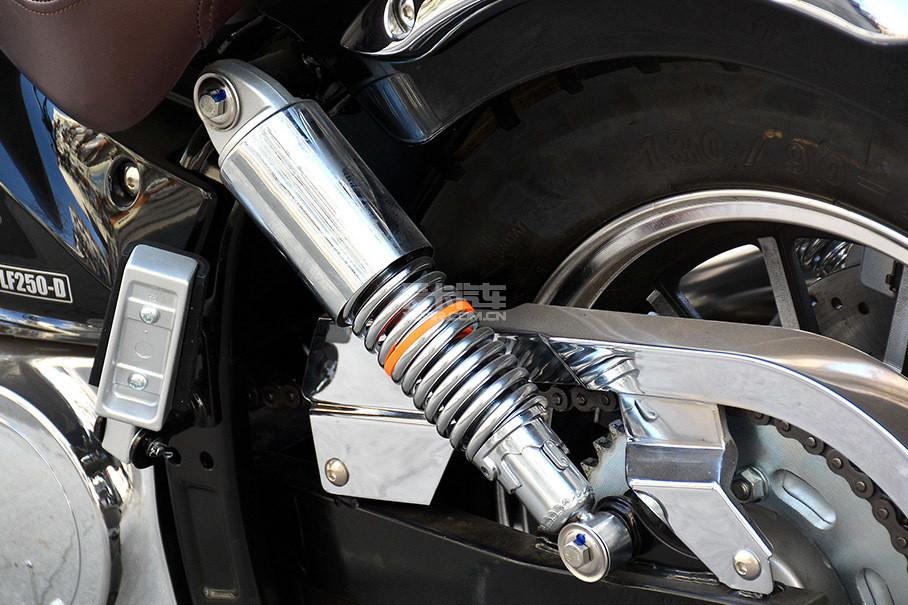 侧置双单筒后减震器带有预载调节。