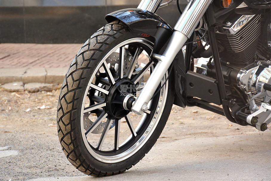 V16采用正新品牌轮胎,前轮胎规格为90/90 R18。