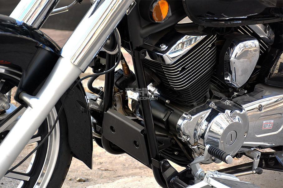 双摇篮车架略显纤细,与发动机形成了较大反差。