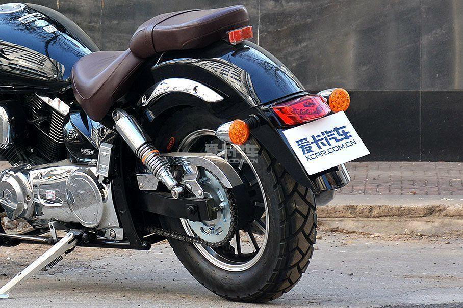 后轮规格为130/90 R15,如果采用钢丝辐条轮圈会有更好的整体效果。