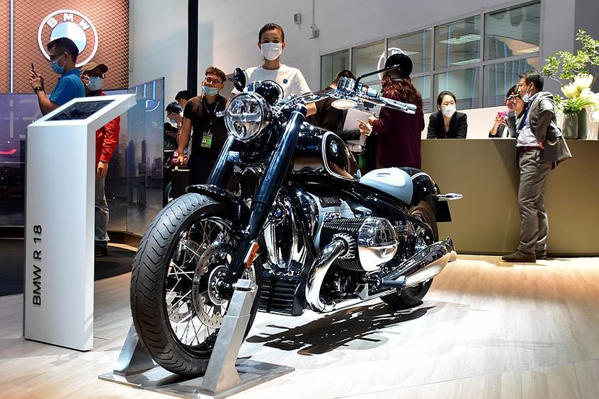 承载BMW摩托车历史继承者R18抢先实拍
