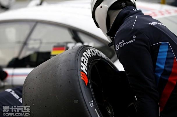 """韩泰轮胎在DTM 2015赛季上供应万途仕(Ventus)Race轮胎 据悉,在""""一站两赛""""的模式下,周六的比赛全长40分钟,不强制进站,而周日的比赛全长60分钟,需要强制进站换胎一次。另外,每一站干地轮胎的配置数量也发生了变化,不同于之前的五套,在两场时长均为20分钟的排位赛以及两场正式比赛中,主办方总共只为车手们配备了四套干地轮胎。这些改变对于车队和车手来说都是需要重新审视及做战略布局的关键。 """"从技术角度来看,配套了Ventus系列赛车轮胎的车辆曾经在冰面上进行"""