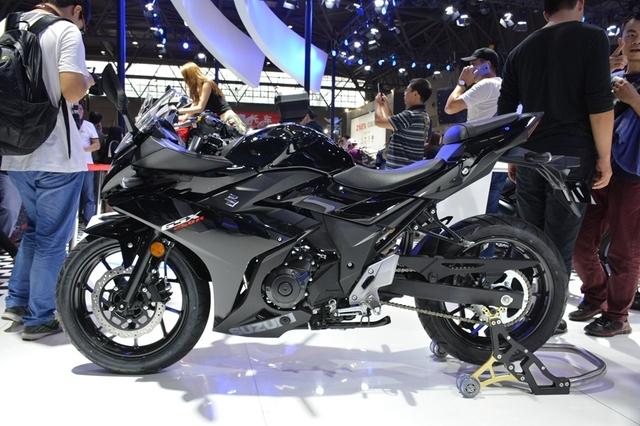 在国内,小排量车型占据了国内摩托车市场的一大半,从原来150cc、190cc、200cc等级别慢慢走向了250cc级别的市场。市场越来越完善,当然市场内的竞争也越来越激烈。 采用了与铃木在顶级赛事MotoGP上同样的铃木蓝色版画。   铃木可以说是最先瓜分国内250cc级别市场的厂家,由一辆经久不衰,皮实耐用的全球战略车型GW250很快就侵占了这个级别市场,但仅仅凭这一款车型还是远远不够。在头两年火爆景象后慢慢的趋于平静。所以,铃木在今年的重庆摩博会上推出了一款轻量级跑车——G