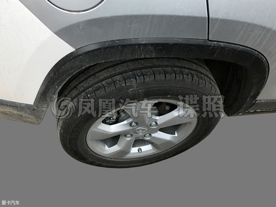 近日,我们从相关渠道获取了宝骏全新小型SUV车型的谍照。之前,新车被命名为宝骏510,但新车有可能被命名为宝骏530。新车将于广州车展正式发布。