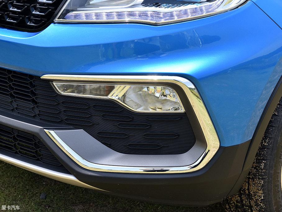 猎豹CS9保留了传统雾灯配置,并且为雾灯区域预留了较大的空间,不规则造型的雾灯和周边一大圈的镀铬装饰形成很好的搭配,让车辆前脸表现得很是运动。