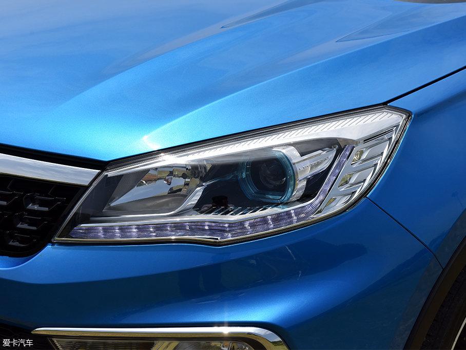 车头灯组灯腔内部造型和CS10有较高的相似度,一抹蓝色的点缀显得很有精神,照明方面为分体式灯光,远/近光灯均采用卤素灯泡光源,其中近光灯部分带有透镜结构,起到更好的光线聚拢效果来提升照明效果,并且加入了LED光源的日间行车灯。