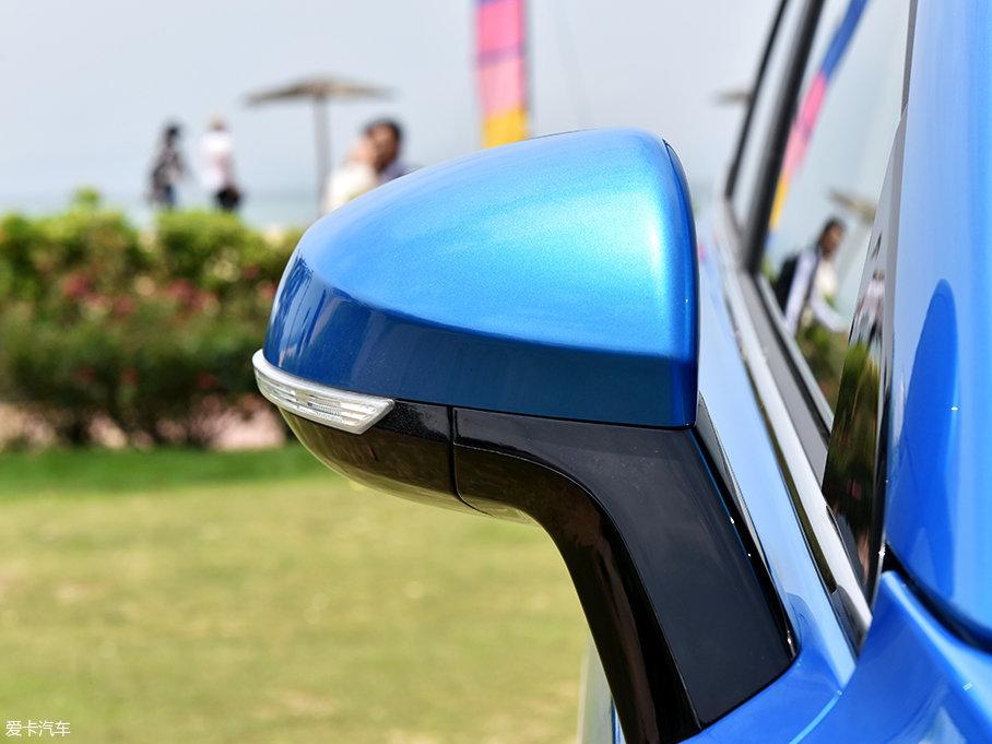 双色的外后视镜上集成了侧面转向灯,镜片方面支持电动调节,试驾车型还配备了外后视镜电动折叠功能。