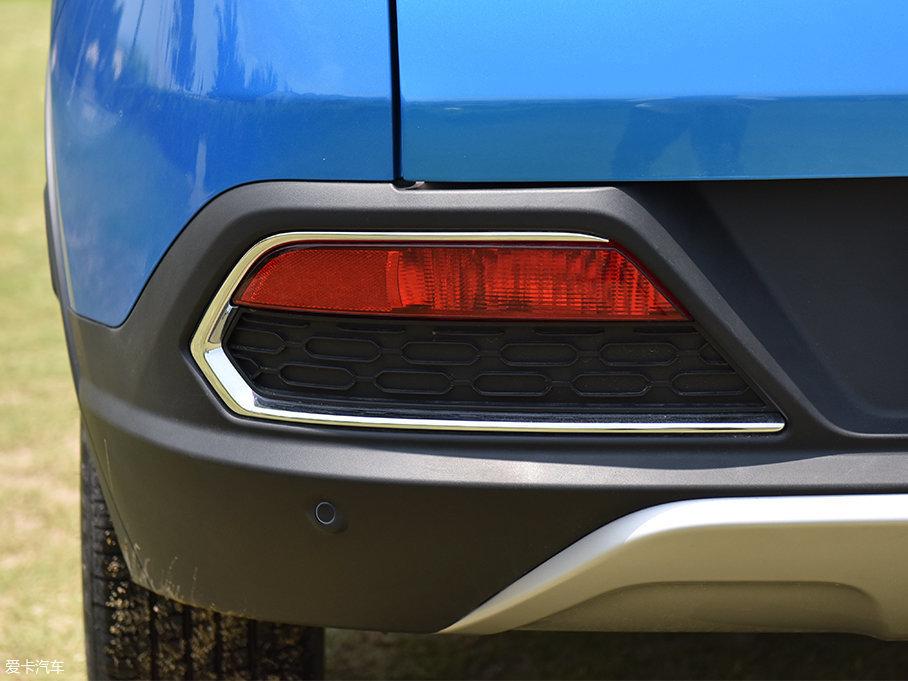 后雾灯的周边造型与前雾灯有较明显的呼应作用,周边带有一抹镀铬装饰,巨大的尺寸也带有一定的视觉冲击力,镶嵌在车尾保险杠中给人一种很厚实的感觉。
