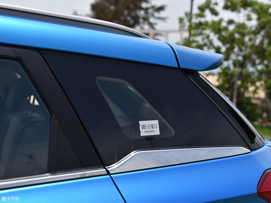 另外,猎豹CS9的D柱位置采用了黑色涂装,D柱上还带有一道装饰纹。部分车型的A柱也进行了黑色涂装处理,来形成悬浮式车顶的视觉效果。