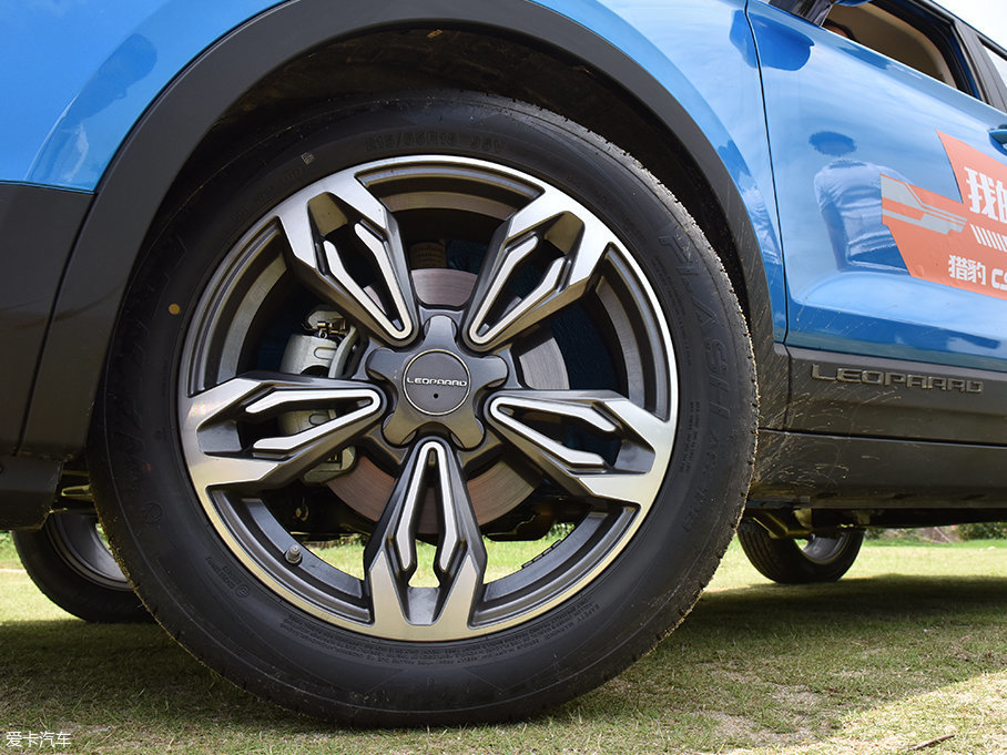 轮胎方面猎豹CS9采用双叉五辐铝合金轮圈,造型样式方面很有活力感,轮胎选择万力轮胎品牌,规格215/55 R18。