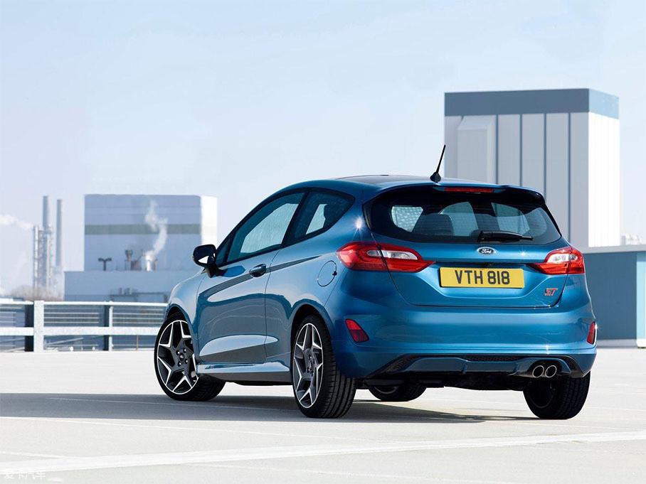福特官方发布了新一代嘉年华ST的官图,新车将基于新一代嘉年华打造,外观和内饰均有一定的改动。动力方面,新车将搭载一台1.5T三缸涡轮增压发动机。