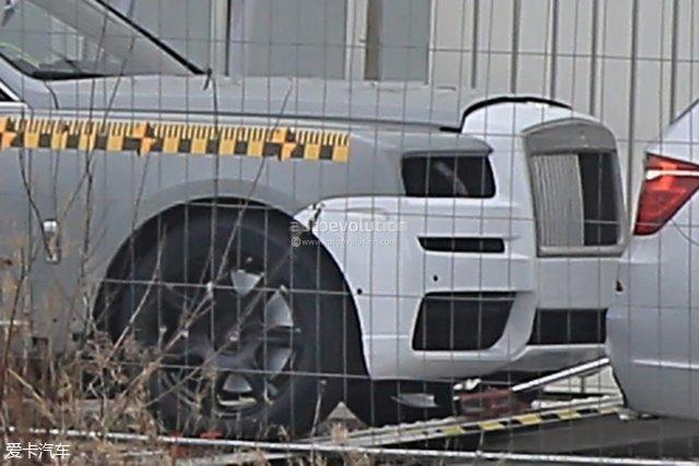 此前我们已经报道过这款新车的路试谍照,此次新谍照的露出无疑进一步让这辆超豪华SUV变得更加指日可待。新车的前脸部分采用了劳斯莱斯家族标志性的帕特农神庙进气格栅,非常有气势。