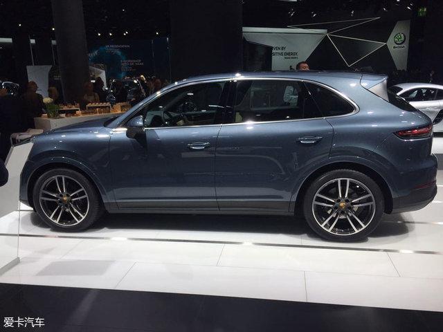 """车身侧面,新一代Cayenne的车身线条十分流畅,也为其营造出典雅的流线型。而在尾部方面,新车采用了与Panamera相同的贯穿式LED尾灯组,车尾的三维立体""""Porsche""""标志与灯组融为一体,当在夜晚点亮时,辨识度会得到进一步提升。"""