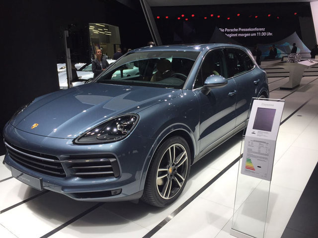 外观方面,保时捷新一代Cayenne与现款车型保持了很高的相似度,整体车身轮廓并没有太大的改变。不过在细节方面,新车融入了诸多最新设计,借鉴了经典跑车911的外观设计,整体看上去更加低矮,造型感更强。全新样式的进气格栅更为宽大,彰显出性能的味道。此外,新一代Cayenne还配备了带有保时捷动态照明系统的全LED前大灯组,可实现弯道和机动车道照明等各种照明模式,点亮效果十分明显。