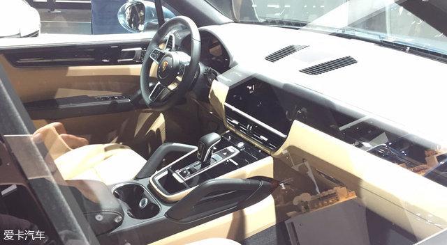 此外,新车还采用了大量的轻量化材料。据悉,新车通过车身外部完全采用铝合金材料打造以及创新的锂离子聚合物蓄电池使得整备质量相比上一代车型减轻了约65kg,以此提高车辆的燃油经济性。