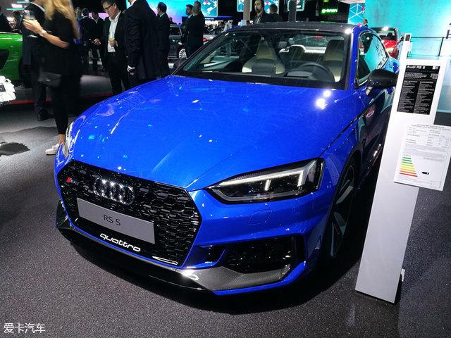 外观方面,奥迪全新RS5基于全新A5的外观打造,前脸极具攻击性,蜂窝状进气格栅尺寸巨大,两侧的进气口造型别致,前大灯采用了全LED结构,点亮后的视觉效果富有科技感。车尾方面,新车与普通版A5基本保持一致,后保险杠造型有所调整,排气的尺寸也进行了增大,与新车强悍的性能相搭配。