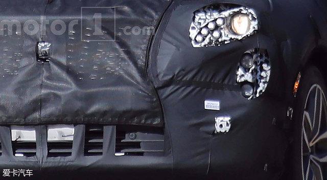 外观方面,定位于豪华紧凑型SUV的凯迪拉克XT4延续了家族式造型设计语言,并配备有颇具标志性的五边形进气格栅。此外,四颗LED灯组在大体内竖向排列,前脸造型看上去格外提神,辨识度得到了进一步提升。