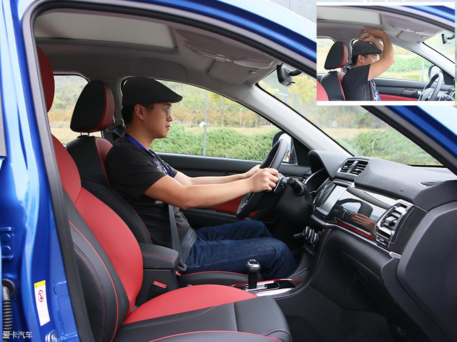 乘坐空间方面,体验者身高1.72m,调整至正常驾驶坐姿,头部空间剩余一拳三指,表现不错。
