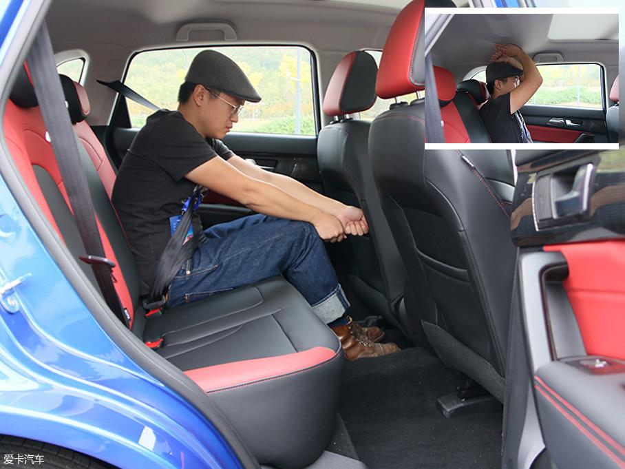 保持驾驶席座椅不动,同一体验者,后排腿部有两拳的剩余空间,而头部空间达到了一拳三指,在同级当中属于正常水平。