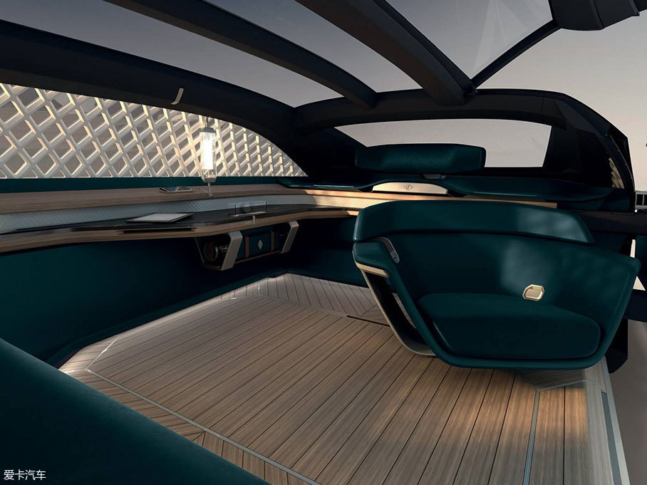 这款车的设计也是为了给乘客真实的沉浸式体验,并结合个性化饰板选装,采用了木材、大理石和皮革等材料,阳光从菱形格的侧窗射进来的情景想必非常惬意。透明的玻璃车顶带来不错的采光,能随处移动的座椅增加了使用场景的多样性。
