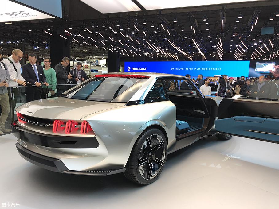 车尾平直的行李厢盖板现在很少见了,十足的复古风格。狮爪形尾灯已经是标致汽车在车尾最显著的品牌特征了,而在这辆e-Legend概念车上更是进行了镂空悬浮处理,显得更加科幻。