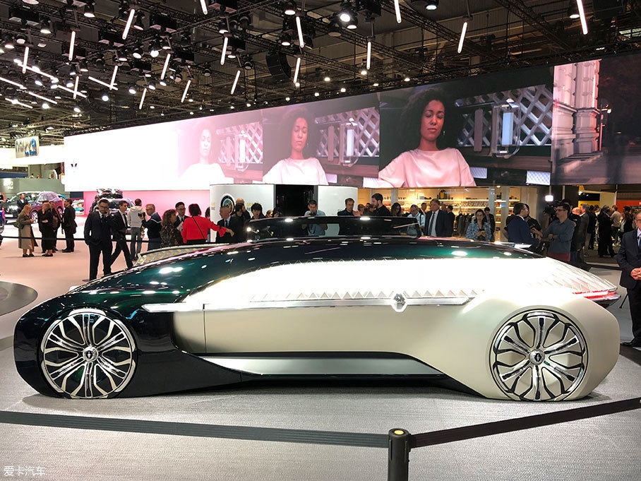 EZ-ULTIMO车身十分修长,四轮极致延伸到四角,因此看上去十分具有科幻色彩,侧面的弧线让我联想到了布加迪的Chiron。轮圈外部有十分别致的覆盖件,让这辆车仿佛只会出现在你的梦里。