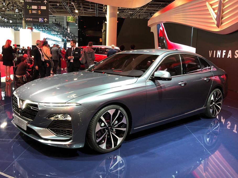 与SUV车型一样,这辆标准的三厢轿车同样拥有浓郁的意大利风格和原创的品牌造型元素。整体比例和细节都体现出比较高的设计功力。