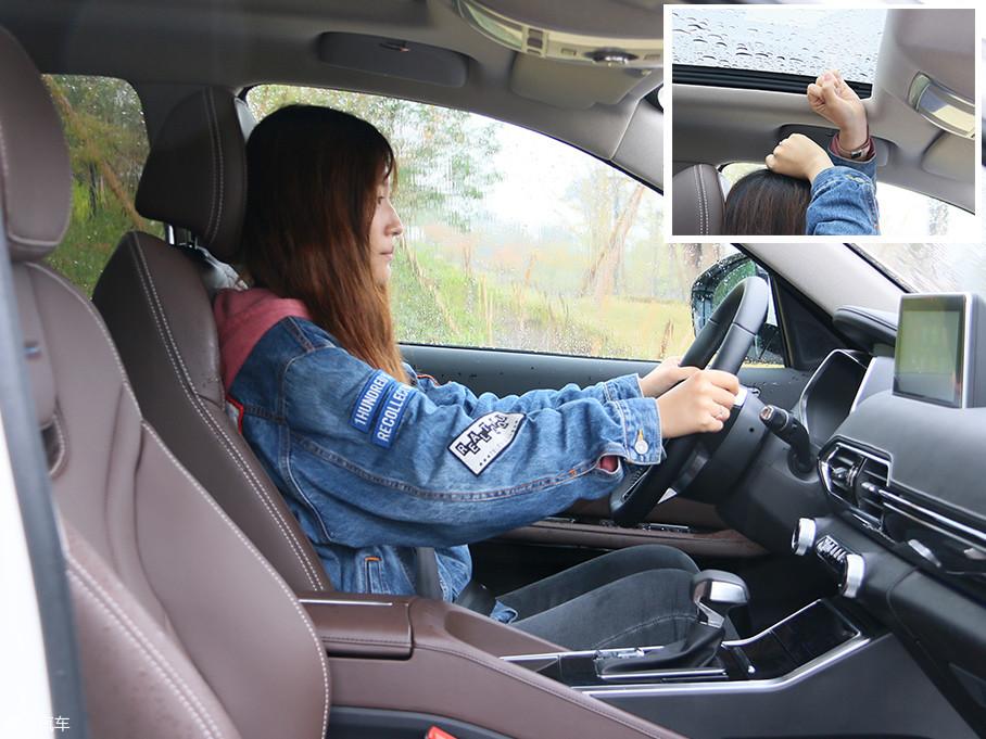 图中体验者身高为165cm,坐在全新众泰T600驾驶位并将座椅调至合适位置后,头部空间还剩两拳以上,不过这也是因为全景天窗的缘故,正常来说只能算中规中矩。